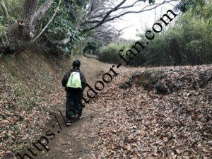 山道を歩く連れの姿